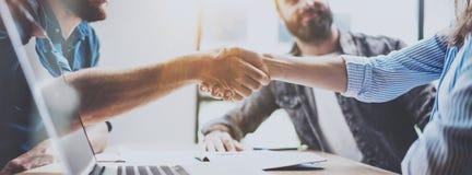 Biznesowy partnerstwo uścisku dłoni pojęcie Fotografii dwa coworkers handshaking proces Pomyślna transakcja po wielkiego spotkani