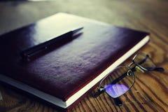 Biznesowy piór szkieł notatnik zdjęcia royalty free