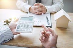 Biznesowy podpisywanie i analizować kontraktacyjnego zakup - sprzedaje dom, insu zdjęcia royalty free