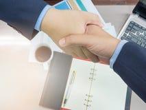 Biznesowy pojęcie biurowy działanie, Młodzi biznesowi mężczyzna trząść ręki Obraz Stock