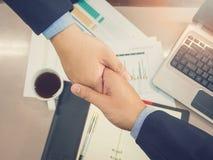 Biznesowy pojęcie biurowy działanie, Młodzi biznesowi mężczyzna trząść ręki Fotografia Stock