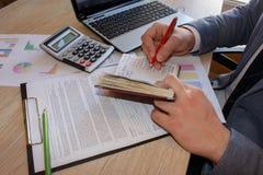 Biznesowy pojęcie: Biznesmena writing na notatniku Mienia pióro w prawej ręce Zdjęcia Stock