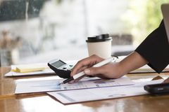 Biznesowy pojęcie, Biznesowa kobieta pracuje dyskutujący mapy obraz stock
