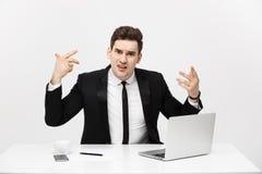 Biznesowy pojęcie: Portret krzyczący gniewny biznesmena obsiadanie w biurze odizolowywającym nad białym tłem obrazy royalty free