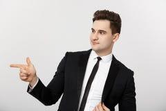 Biznesowy pojęcie: Portreta biznesmena punktu przystojny młody palec na stronie opróżniać kopii przestrzeń Pojęcie reklama zdjęcie stock
