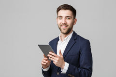 Biznesowy pojęcie - portreta Przystojny Biznesowy mężczyzna bawić się cyfrową pastylkę z uśmiechniętą ufną twarzą Biały tło kosmo Obraz Stock