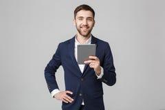 Biznesowy pojęcie - portreta Przystojny Biznesowy mężczyzna bawić się cyfrową pastylkę z uśmiechniętą ufną twarzą Biały tło kosmo Zdjęcia Stock