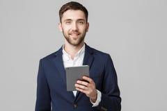 Biznesowy pojęcie - portreta Przystojny Biznesowy mężczyzna bawić się cyfrową pastylkę z uśmiechniętą ufną twarzą Biały tło kosmo Fotografia Royalty Free