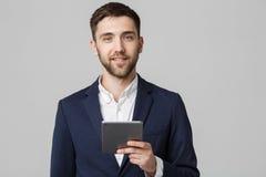 Biznesowy pojęcie - portreta Przystojny Biznesowy mężczyzna bawić się cyfrową pastylkę z uśmiechniętą ufną twarzą Biały tło kosmo Zdjęcie Stock