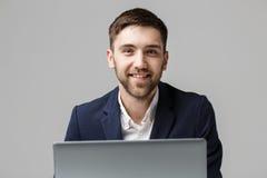 Biznesowy pojęcie - portreta Przystojny Biznesowy mężczyzna bawić się cyfrowego notatnika z uśmiechniętą ufną twarzą Biały tło Od Zdjęcie Stock