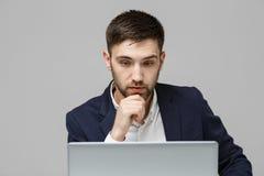 Biznesowy pojęcie - portreta przystojny stresujący biznesowy mężczyzna patrzeje pracę w laptopie w kostiumu szoku Biały tło Obrazy Royalty Free