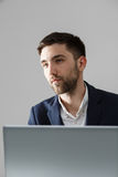 Biznesowy pojęcie - portreta przystojny stresujący biznesowy mężczyzna patrzeje pracę w laptopie w kostiumu szoku Biały tło Zdjęcia Royalty Free