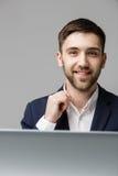 Biznesowy pojęcie - portreta przystojny szczęśliwy przystojny biznesowy mężczyzna ono uśmiecha się i jest usytuowanym w pracy biu Fotografia Stock