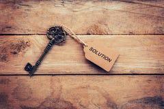 Biznesowy pojęcie - Stary kluczowy rocznik na drewnie z etykietki rozwiązaniem Fotografia Royalty Free