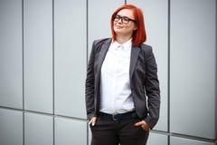Biznesowy pojęcie sukces Poważny Pomyślny kobieta szef w a, obrazy stock