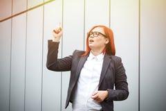 Biznesowy pojęcie sukces Poważny Pomyślny kobieta szef, wewnątrz obrazy stock