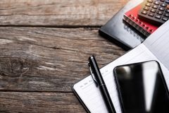 Biznesowy pojęcie z agendą, telefon komórkowy nutową książką i kalkulatorem, fotografia stock