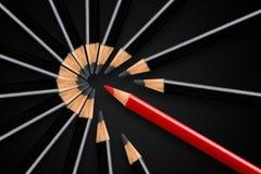 Biznesowy pojęcie zakłócenie, przywódctwo lub myśl różni; czerwonego ołówkowego łamania w oddaleniu okrąg czarni ołówki zdjęcia stock