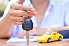 Biznesowy pojęcie, ubezpieczenie samochodu, bubel lub zakupu samochód, samochodowy finansowanie, Zdjęcia Stock