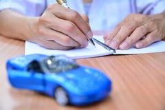 Biznesowy pojęcie, ubezpieczenie samochodu, bubel lub zakupu samochód, samochodowy finansowanie, Zdjęcia Royalty Free