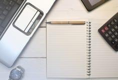 Biznesowy pojęcie z laptopem, notepad, kalkulatorem, zegarkiem i cel, Obraz Royalty Free