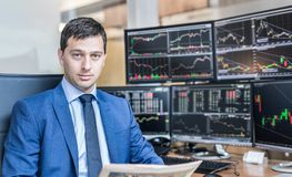 Biznesowy portret akcyjny makler w traiding biurze fotografia royalty free