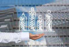 Biznesowy prętowy wykres rysujący na mężczyzna ręce i drapaczy chmur półdupkach ręka Zdjęcie Stock