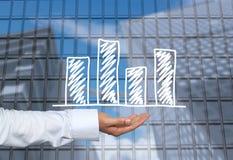 Biznesowy prętowy wykres rysujący na mężczyzna ręce i drapaczy chmur półdupkach ręka Obraz Royalty Free