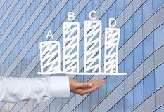 Biznesowy prętowy wykres rysujący na mężczyzna ręce i drapaczy chmur półdupkach ręka Obrazy Stock
