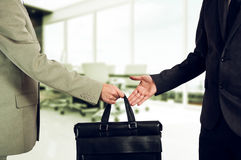 Biznesowy przeniesienie przekazanie walizka współpracuje zdjęcie stock