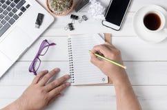 Biznesowy ręka mężczyzna writing na pustym notatniku na stole, Obraz Royalty Free