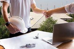 Biznesowy ręki potrząśnięcia inżyniera budowy chwiania ręki successfu Zdjęcia Stock