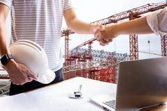 Biznesowy ręki potrząśnięcia inżyniera budowy chwiania ręki successfu Zdjęcie Royalty Free