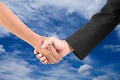 Biznesowy ręki potrząśnięcie na lecie chmurnieje tło Fotografia Royalty Free
