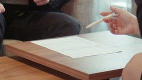 Biznesowy samiec i kobiety znaka papier zdjęcie wideo
