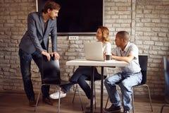 Biznesowy spotkanie - dyskusja opowiada pomysły i dzieli, obrazy stock