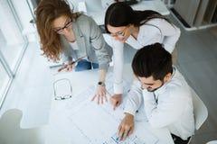 Biznesowy spotkanie i praca zespołowa ludźmi biznesu obraz royalty free