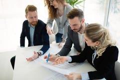 Biznesowy spotkanie i praca zespołowa ludźmi biznesu obrazy stock
