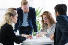 Biznesowy spotkanie i praca zespołowa ludźmi biznesu zdjęcie royalty free