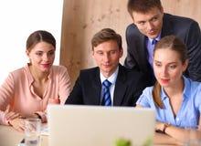 Biznesowy spotkanie - kierownik dyskutuje pracę z jego kolegami zdjęcie royalty free