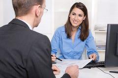 Biznesowy spotkanie - klient i doradca przy biurkiem. zdjęcie royalty free
