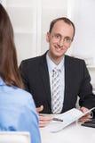 Biznesowy spotkanie - mężczyzna i kobieta opowiada wpólnie. Zdjęcie Royalty Free