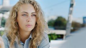 Biznesowy spotkanie przy kawiarnią Młoda kobieta opowiada z partnerem, prezentacja Rozmówca widzieć od plecy zdjęcie wideo