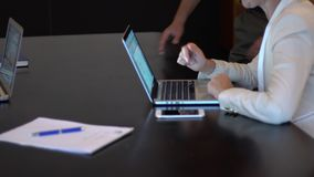 Biznesowy spotkanie używa pastylkę zdjęcie wideo