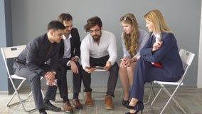 Biznesowy spotkanie w nieformalnym położeniu młoda przedsiębiorcy przedstawienia informacja koledzy na ekranie pastylka Zdjęcie Royalty Free