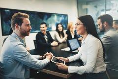 Biznesowy spotkanie w nowożytnej sala konferencyjnej zdjęcie royalty free