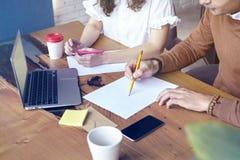 Biznesowy spotkanie w nowożytnym biurze, młody przedsiębiorca pracuje wpólnie Biznesowy spotkanie w nowożytnym biurze, młoda prze Obraz Stock