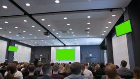 Biznesowy spotkanie w wielkiej sala z zieleń ekranem zbiory wideo