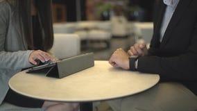 Biznesowy spotkanie wręcza używać pastylkę z stats zbiory
