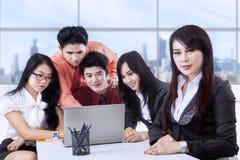 Business Manager i drużyna przy biurem Zdjęcia Stock